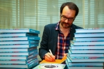 """David McCandless signed hundred of copies of his latest book """"Knowledge is beautiful"""" as a gift for all attendees. Photo: Canon Europe"""