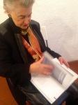 Fee Felck studiert das Buch zu Reinhold Metermann. Foto: Andreas Weber